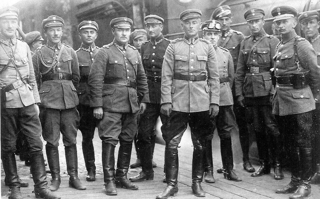 Офіцери 1-ї дивізії піхоти Легіонів з командувачем 3-ї армії Е. Ридзем-Сміґли. 1920 р.