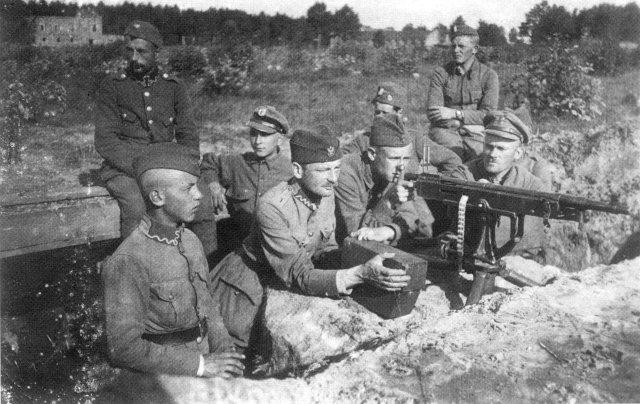 Польські солдати у різних одностроях з кулеметом Кольта. Фото періоду польсько-радянської війни 1919–1920 рр.