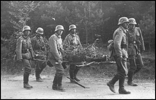 Німецькі солдати під Мокрою евакуюють пораненого товариша
