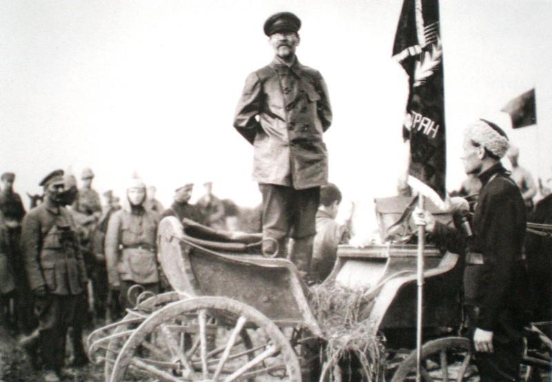 Промова М. Калініна перед солдатами 1-ї Кінної армії. Зліва – командарм М. Будьонний. 26 травня 1920 р.