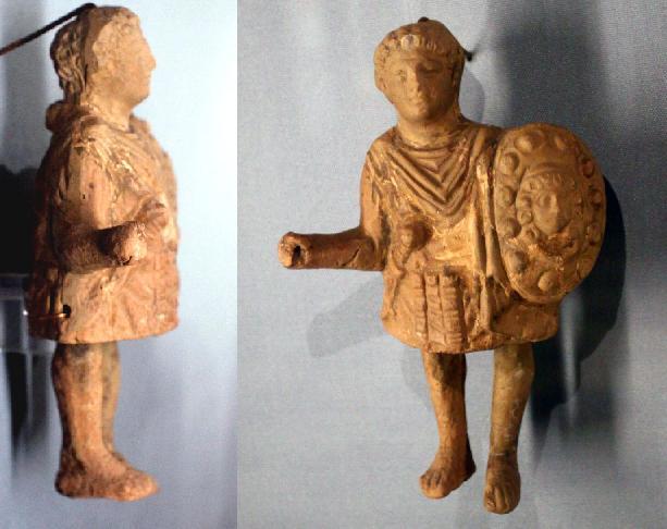 Статуетка римського воїна з Ольвії. У профіль чітко видно шийний вузол туніки.