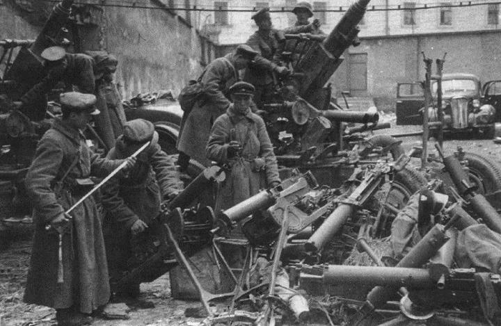 Радянські військові оглядають трофеї, взяті в польських захисників Гродно