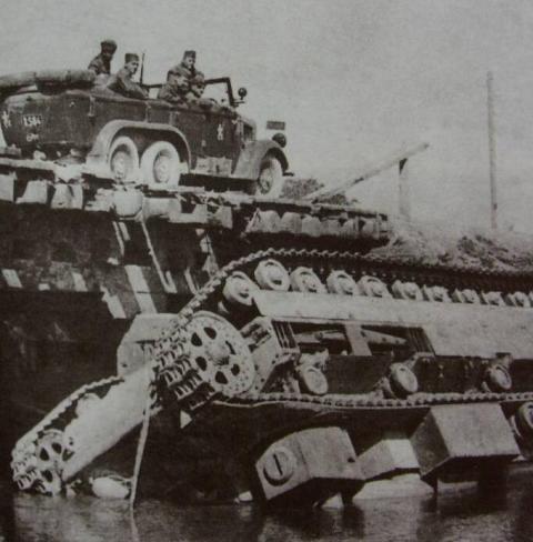 Словацькі солдати оглядають підбитий радянський танк Т-28. Західна Україна, 1941 р.