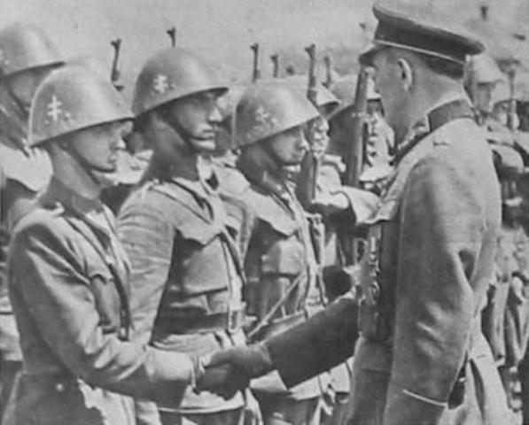 Німецький офіцер дякує словацьким солдатам за службу.