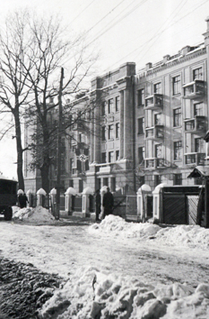 У будівлі гуртожитку педінституту розмістилася фельдкомендатура.  Фото  з фондів Ніжинського музею.