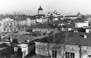 Вид на площу Франка і вулицю Гоголя. На розі будівля угорської жандармерії, поруч з нею будівля інститутської бібліотеки, далі міська бібліотека. Фото часів окупації з фондів Ніжинського музею.