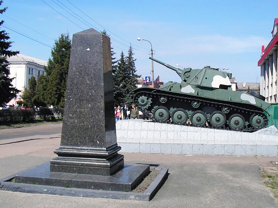 Танк Т-70 на могилі І.Л. Хайтовича и пам'ятник на могилі Героя Радянського Союзу С.П. Мохового.