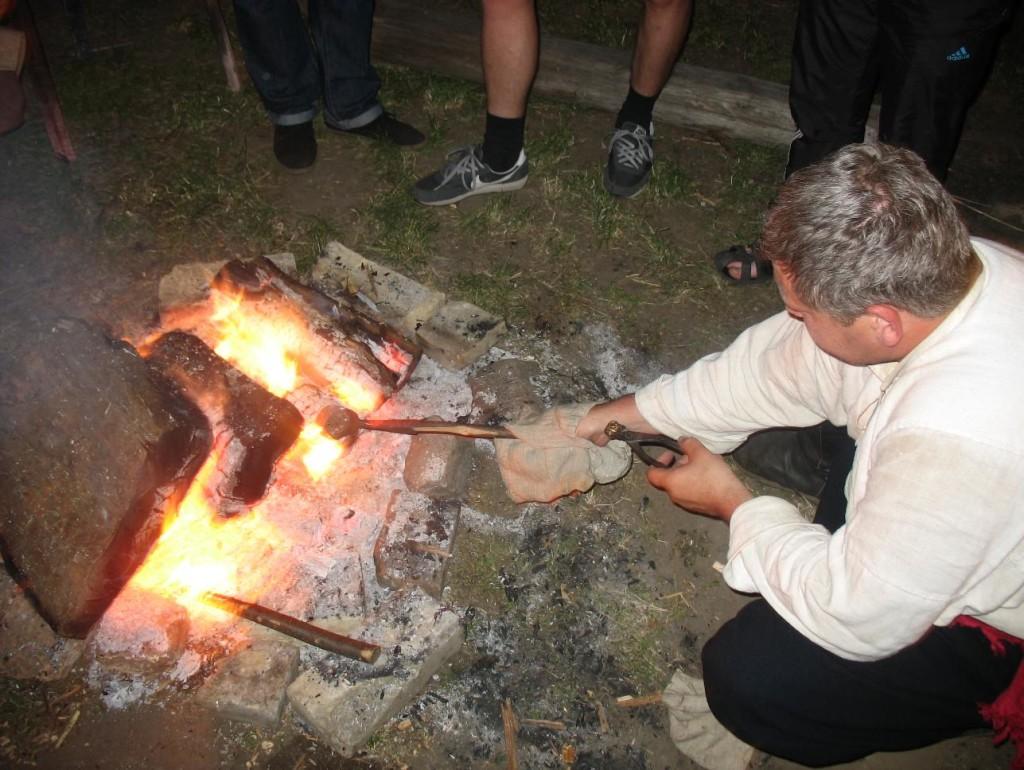 Просто у таборі реконструктори козаччини відливали копії свинцевих куль XVII ст.