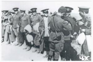 Офіцер РСЧА обшукує полонених румунських прикордонників